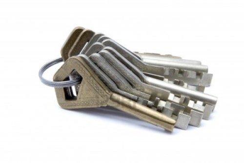 16188768-un-manojo-de-llaves-aisladas-sobre-fondo-blanco